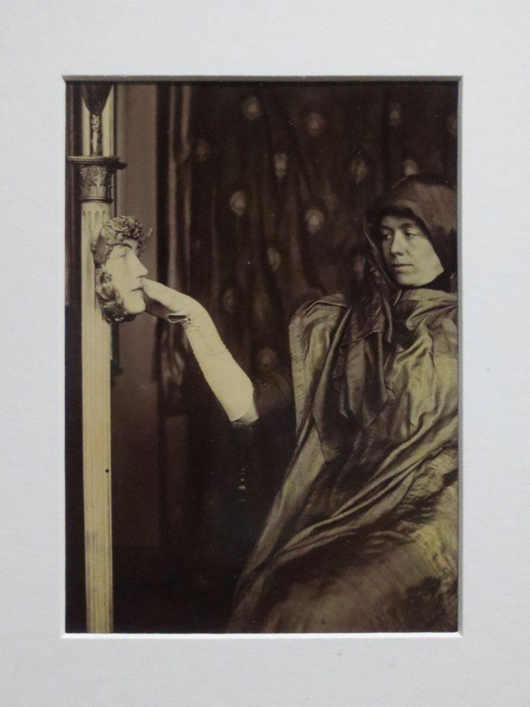 Marguerite Khnopff posant pour le secret, vers 1902